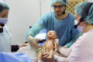 Découpe du cordon ombilicale d'un nouveau né par l'ERSS