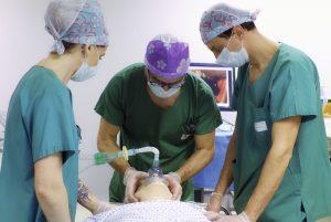 Médecin mettant un masque d'oxygène sur le mannequin par l'ERSS